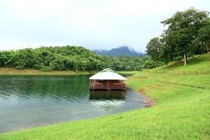 casa galleggiante a kanchanaburi in thailandia. foto