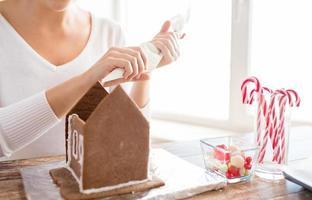 primo piano della donna che fa le case di marzapane