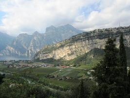 torbole sul garda a nord del lago di garda vista dalla montagna