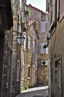 strada nel centro storico di budva, montenegro foto