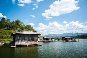 casa in legno sul fiume in thailandia