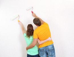 giovane coppia facendo lavori di ristrutturazione nella nuova casa