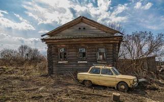 vecchia casa in legno abbandonata nel villaggio foto