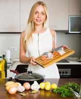 casalinga che cucina dal salmone foto