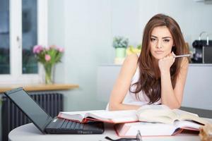 donna giovane studente con un sacco di libri di studio foto