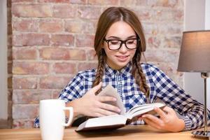 libro di lettura della donna a casa