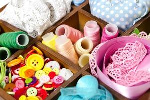 scatola di legno con accessori per cucire