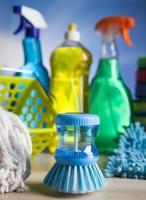 varietà di prodotti per la pulizia, tema colorato lavoro a casa foto