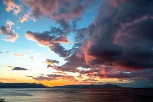 bellissimo paesaggio con mare e nuvole foto