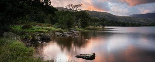 panorama del paesaggio alba mozzafiato sul lago con le montagne