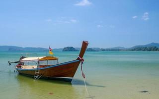 barca di legno sul mare