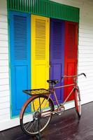 biciclette sul colore di sfondo della porta foto