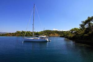 yacht di ancoraggio nella costa di fethiye