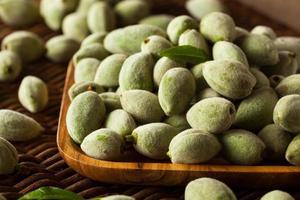 mandorle verdi fresche biologiche foto