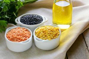 diversi tipi di lenticchie: rossa, gialla e nera