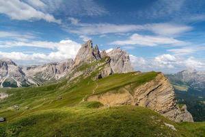 paesaggio alpino con vette e cielo nuvoloso