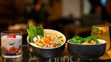 piatti di verdure con budino di chia