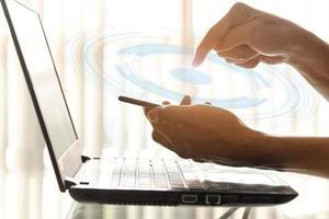uomini d'affari che utilizzano smartphone e laptop in ufficio