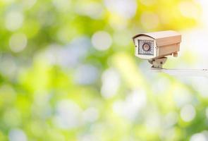 cctv o telecamera di sorveglianza in giardino foto
