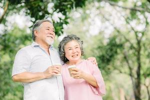 felice coppia di anziani bere un caffè insieme