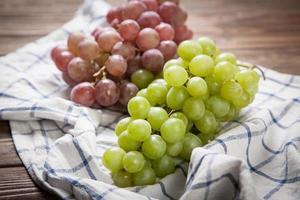 deliziose uve su un tavolo da cucina