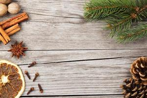 spezie e ramo di abete su fondo in legno