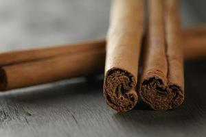 veri bastoncini di cannella sul tavolo di legno
