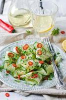 insalata con cetriolo, pepe e semi di papavero