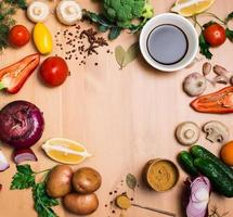 ingredienti insalata su fondo di legno rustico con spazio di copia. foto
