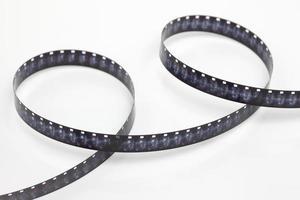 Striscia di pellicola da 8 mm su sfondo bianco foto