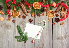 decorazioni natalizie con abete, arance, coni, spezie foto