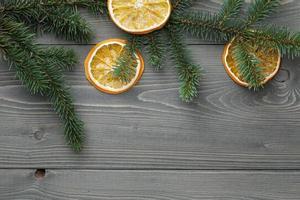 ramoscello di abete rosso con fette d'arancia essiccate