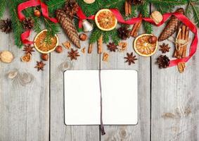 decorazioni natalizie con abete, arance, coni, spezie