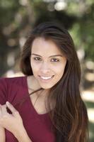 sorridente giovane donna ispanica