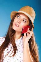 ragazza che parla sullo smartphone del telefono cellulare foto
