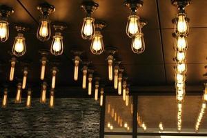 lampadine appese al soffitto