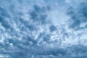 drammatico cielo tempestoso. foto