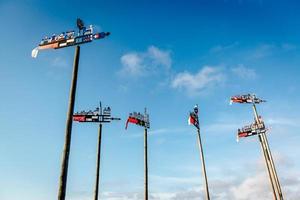 banderuola contro il cielo blu
