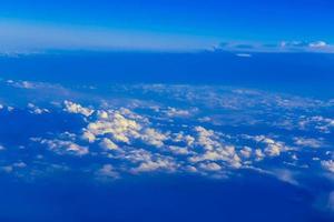 vista sul cielo sopra le nuvole foto
