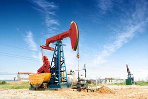 giacimento di petrolio e cielo blu