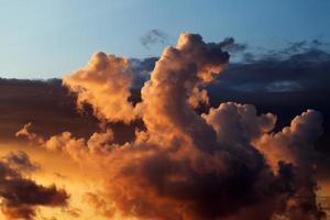 cielo al tramonto sul mare foto