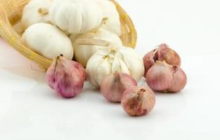 scalogno e aglio isolati su sfondo bianco