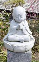 statua di baby budda in preghiera