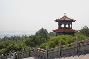 decorazione in stile cinese vicino alla statua del bodhisattva guangyin