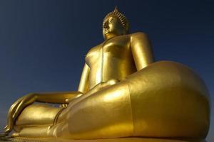 grande statua del buddha nella provincia di angthong, thailandia