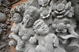 sculture in pietra di ispirazione indù, bali, indonesa foto