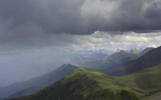 pioggia sulle montagne dei pirenei