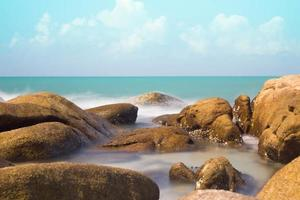 pietra e mare onda blu cielo - rayong thailandia foto