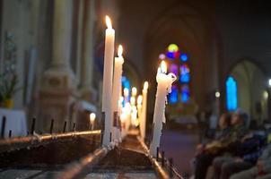pregando in chiesa foto