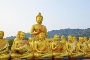 molte statue di buddha sotto il cielo blu nel tempio, nakornnayok, thail
